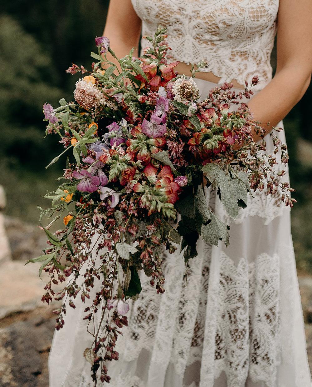 Photographer : Heidi Elyse Photography ||  Floral : Lale Florals ||  Venue : Estes Park, Rocky Mountains, Colorado