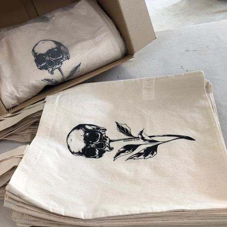 Ils sont prêts ! 🙌 Un enoooooorme merci as-serigraphie pour la rapidité !  N'oubliez pas : 21-22 SEPT - IN SITU FESTIVAL, Vevey 👌 • • • #skull #skullbag #flower #flowerskull #leaves #leaf #vegetal #anatomical #anatomicart #totebag #totebagillustration #totebags