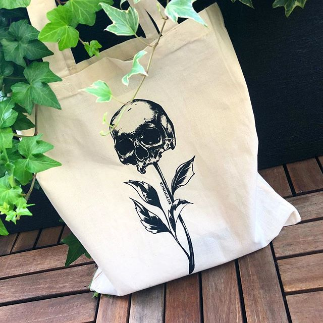 Tote bags 👀 Seront disponibles à Vevey les 21-22 Septembre ! • • • • #totebag #totebags #illustration #artwork #skull #flower #flowerillustration #skullillustration #bags #mevinkartin