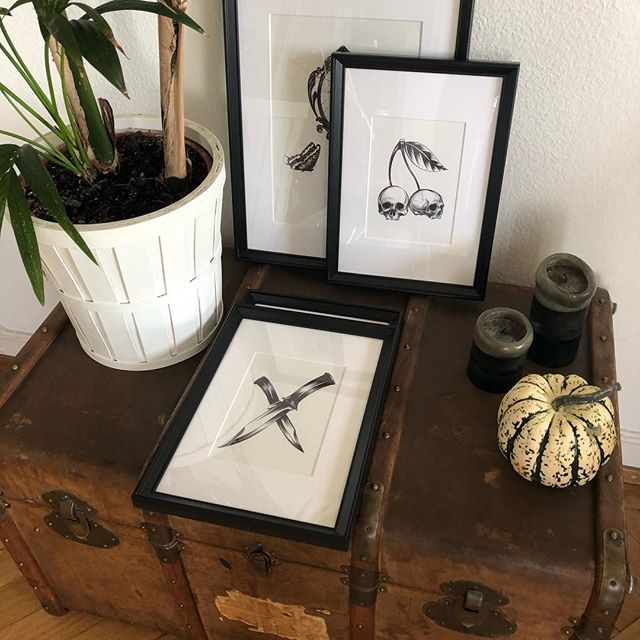 Home sweet home ✨✨✨ • • • #home #decoration #deco #frames #cadres #illustrations #illustration #arrwork #mevinkartin #artoftheday #art #draw #drawing #vintage #blackwork