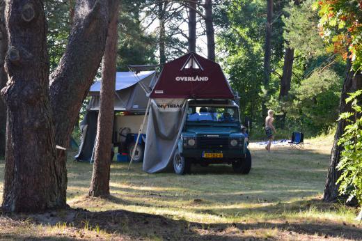 Для караванов подготовлены места для парковки с возможностью подключения электричества, где при желании можно насладиться видом на море. Или в жаркий летний день найти тенистое укрытие в тени сосен.