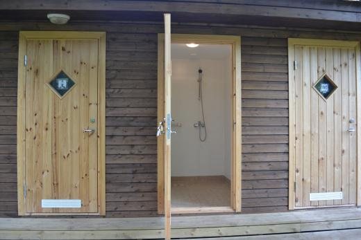Pesutilat ja WC:t, joihin on erillinen sisäänpääsy, ovat sekä matkailuperävaunuvieraiden että telttailijoiden käytössä