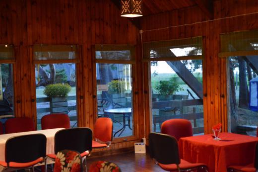 Kohviku siseruumi mahutavus 40-45 inimest, lisaks terass ja välitelgid.
