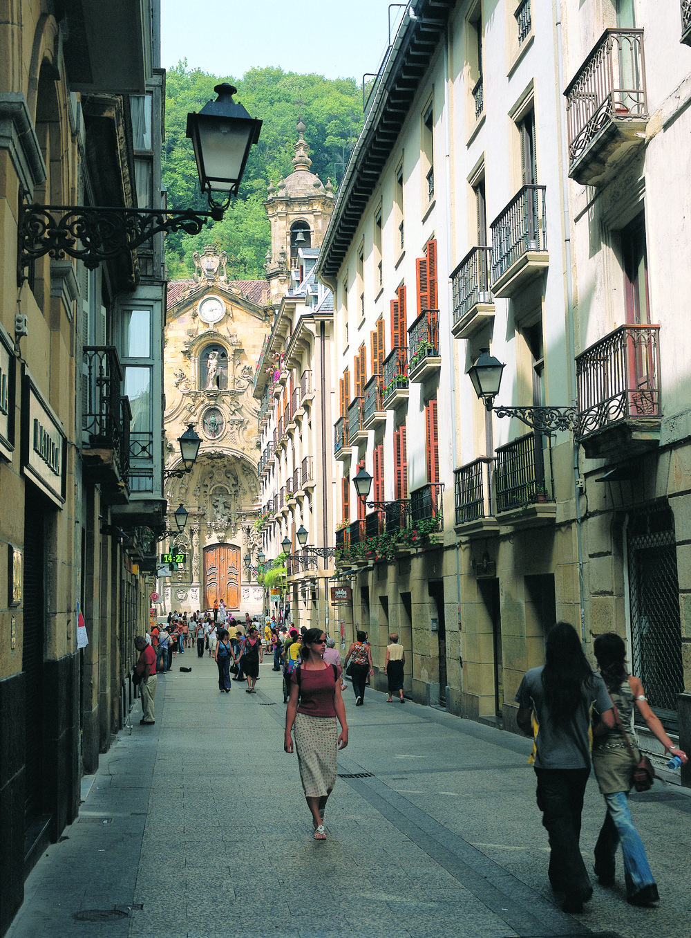 Calle Mayor y Basílica de Santa María...San Sebastián 7 MB - © Tourist Office of Spain in New York (TURESPAÑA).jpg