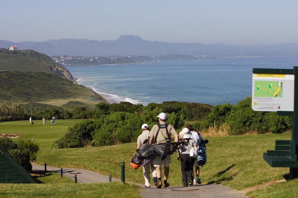 A Biarritz, sur la commune de Bidart, Joueurs de golf sur un terrain dominant le littoral basque.
