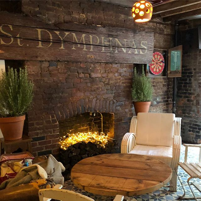 Our cozy corner ! #bar #winter #nyc #eastvillage  #portugal #fancesinha #nyc #sustainable #leedgold  #family #guiness #rememberingstdymphnas