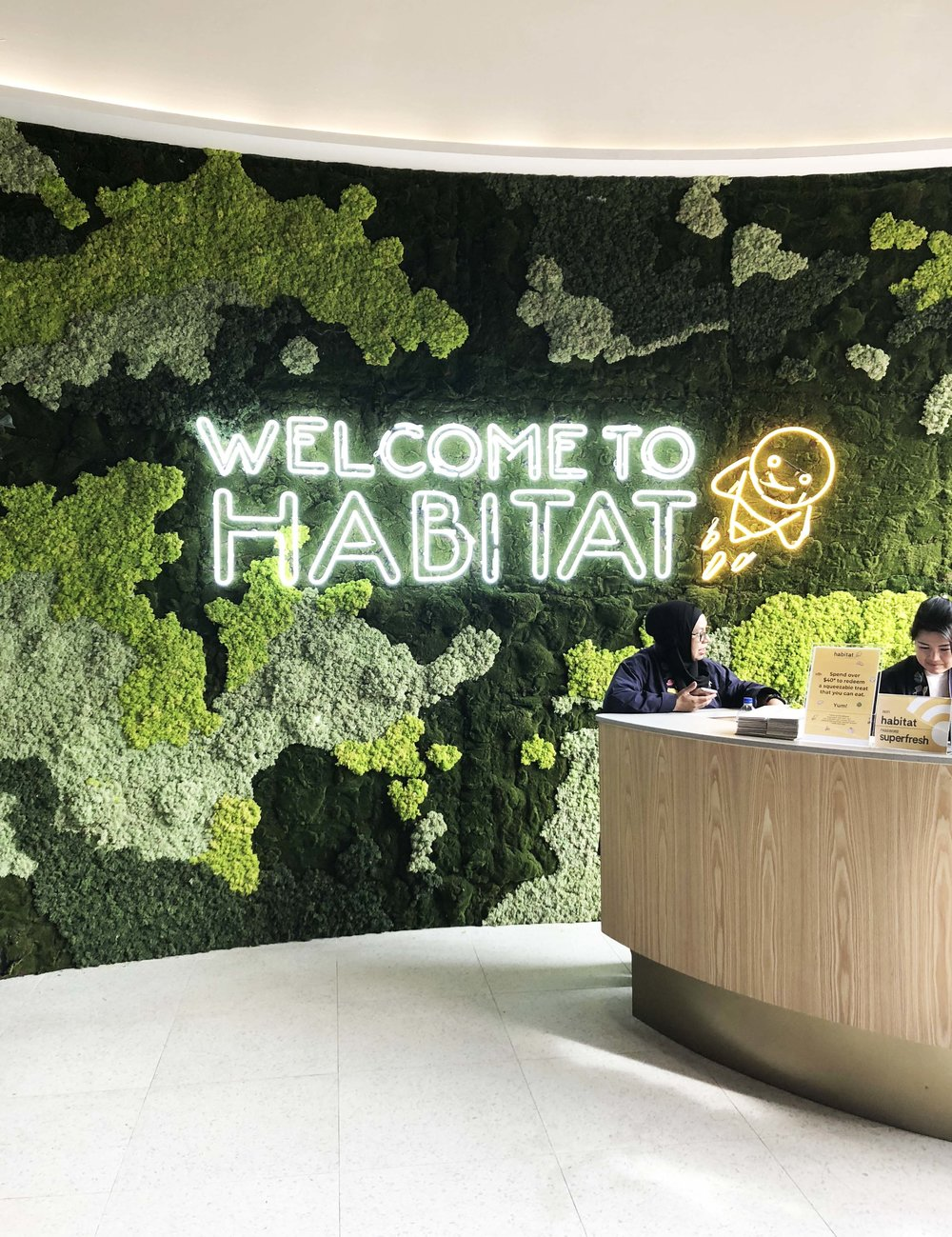 A beautiful welcome at Habitat by Honestbee. Even though most moss walls need little to no maintenance, there are actually lots of benefits to installing them. They increase air quality, reduce noise and stress. Really appreciated the biophilic touch!