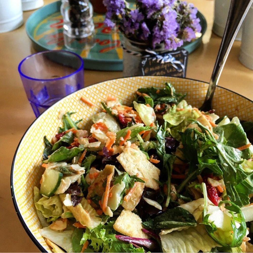 Mandy's'de yediğim, içinde yok yok salatam; havuç, salatalık, pita kıtırları, çilek, yeşillik...