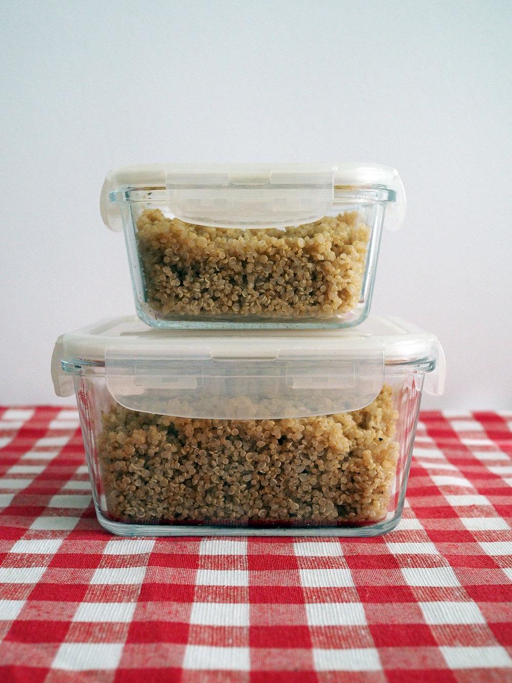 Cam kaplarda saklı kinoa gibi pişmiş bir tahıl, yaklaşık bir hafta buzdolabında saklanabiliyor.