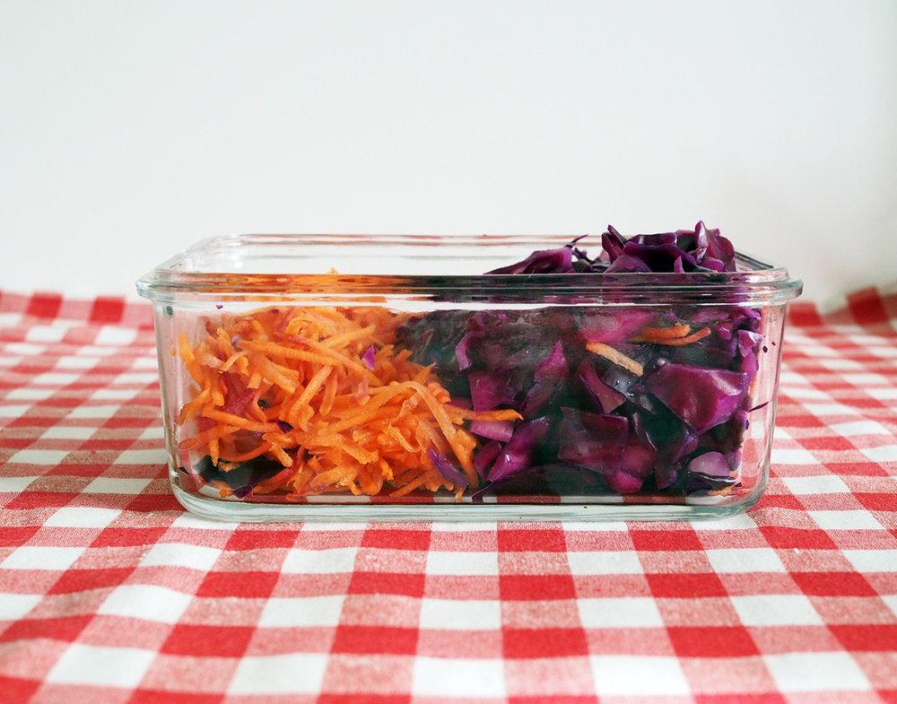 Çiğ sebzeleri yıkayıp uygun boyda kestikten sonra camlı kaplarda birkaç gün saklayabilirsiniz.