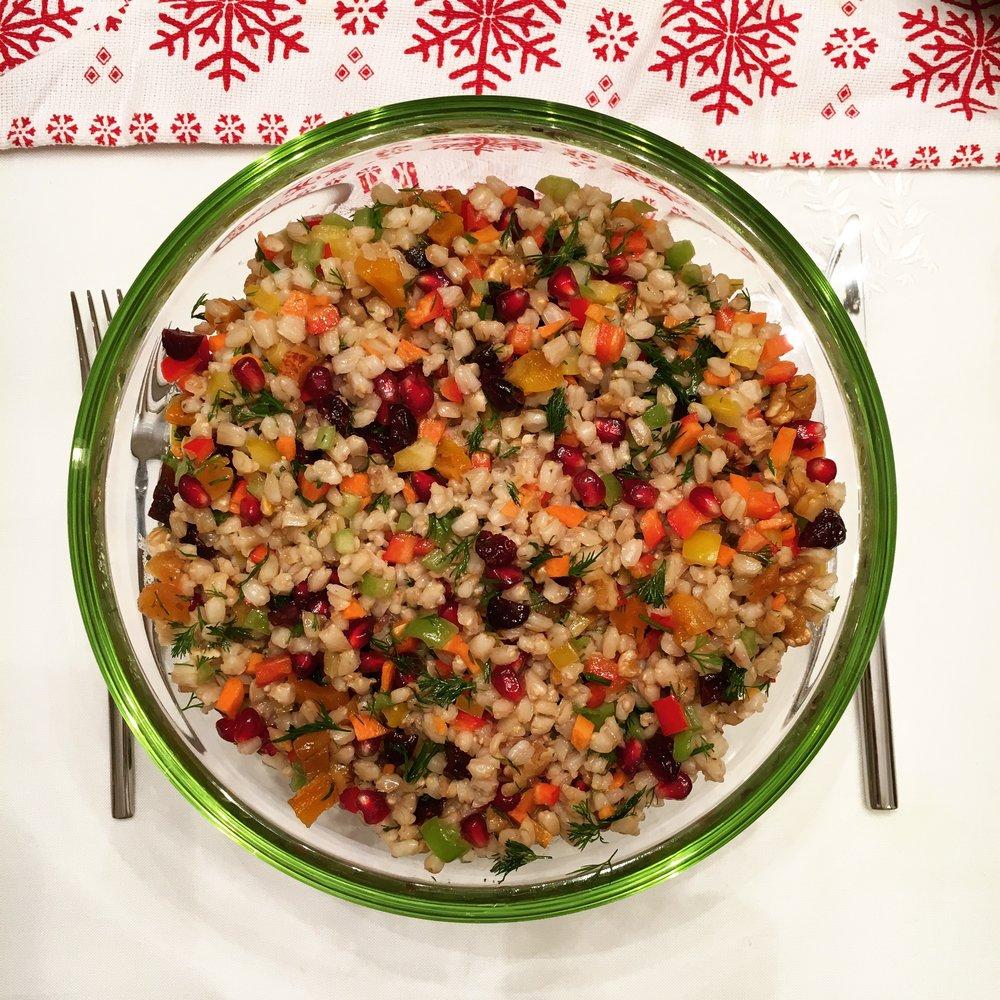Doyurucu bir buğday salatası; bol kuru meyve, nar, havuç, dereotu ile.