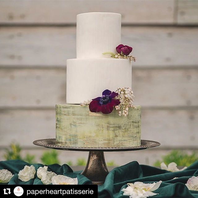 #repost @paperheartpatisserie . . . . . Design @eventsbyrebecca  Photo @garyashlehphoto Venue @deercreek_wed  Cake @paperheartpatisserie  Florals @pineapplepetalsstudio Specialty rentals @botanicaspecialtyrentals Linens @latavolalinens Calligraphy @landlcreative  Make up and Hair @mmartistry  Bridal salon @miosabride by @enzoani Tux @theblacktux