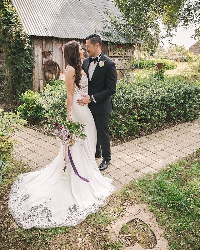 One of our favorite photos taken in front of the hops barn 👰🏻🤵 📷 @garyashleyphoto with the @theweddingartistsco / planning @eventsbyrebecca / floral @pineapplepetalsstudio / mua @mmartistry / attire @miosabride @enzoani @theblacktux