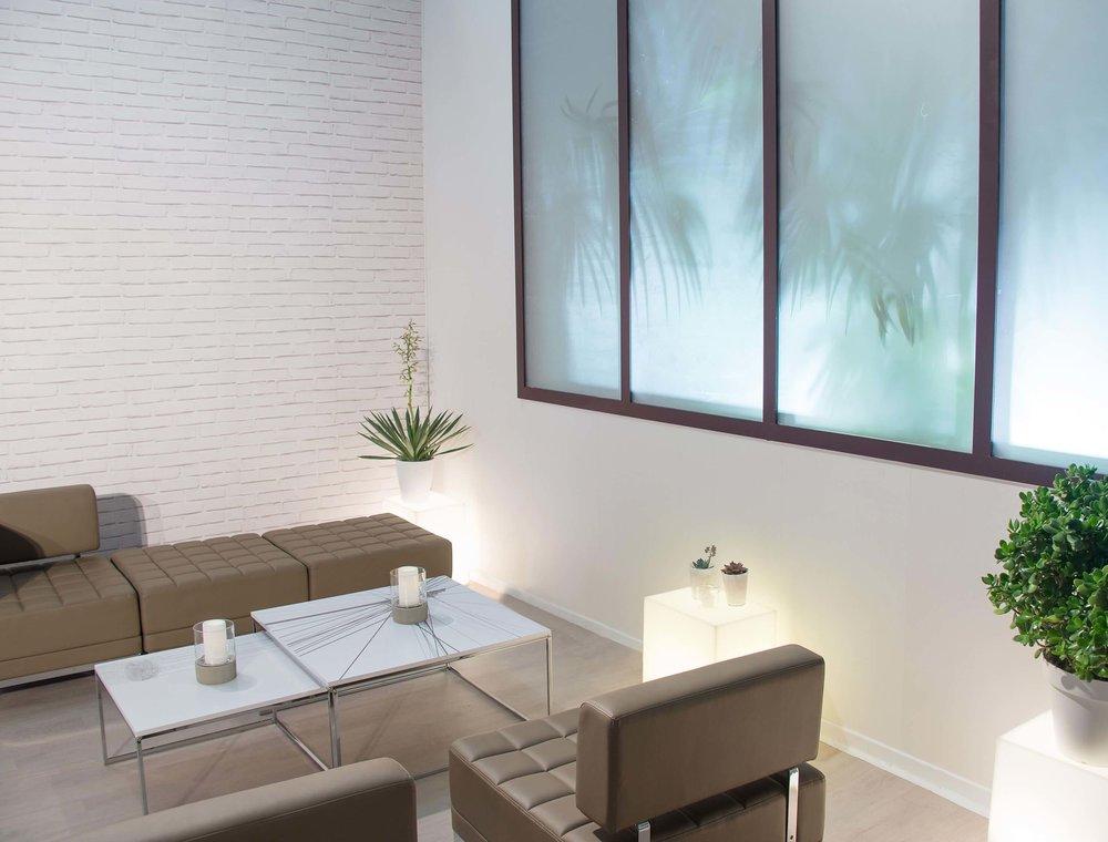 Notre sélection de mobilier confortable, faisant la part belle aux assises et tables basses, pour recréer un espace de détente.