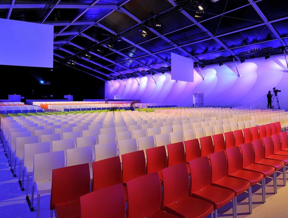 Accédez à notre offre de mobilier pour les événements corporate: congrès et mobilier de scène, salons et stands...