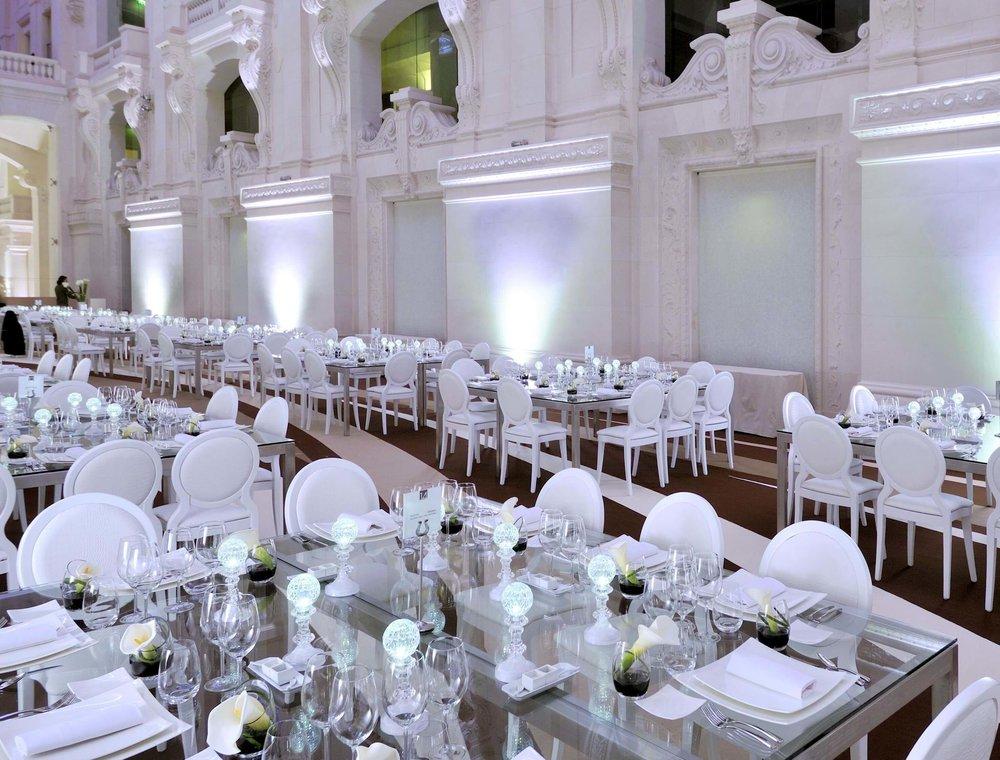 Vous trouverez ici les pièces de mobilier chic, élégant et classique destinées à l'aménagement d'espaces réceptifs: cocktail, dîner, mariage...
