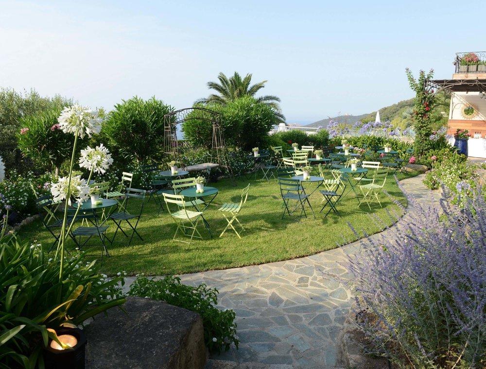 Notre sélection de mobilier et accessoires de décoration, dédiée à l'aménagement de terrasse, jardin et aux événements se tenant en extérieur.