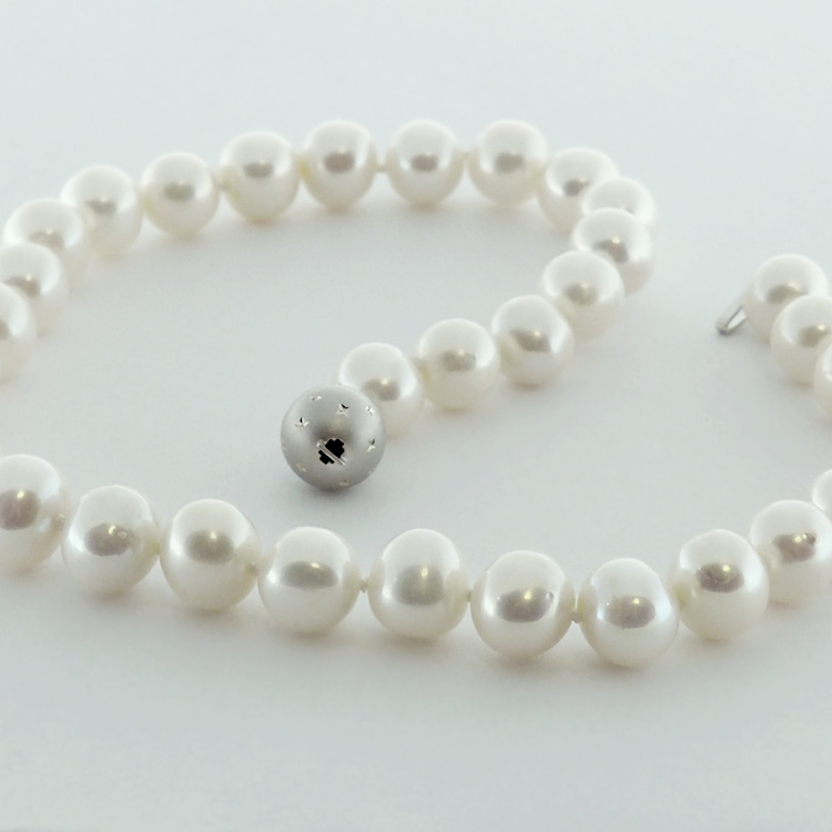 <b>Radiant White</b><br>$3,450<br>White Fresh Water<br>Pearls 12-15mm