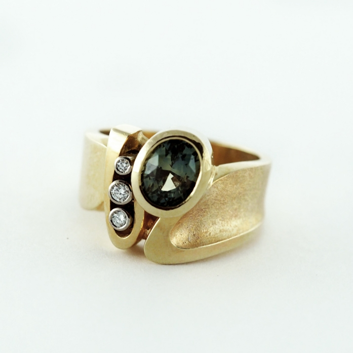 reg.RT: $5,107/ LT-Promotion: $4,086<br>14K Yellow Gold, <br>Natural Bi-Colour <br>Sapphire and Brilliant <br>Cut Diamonds
