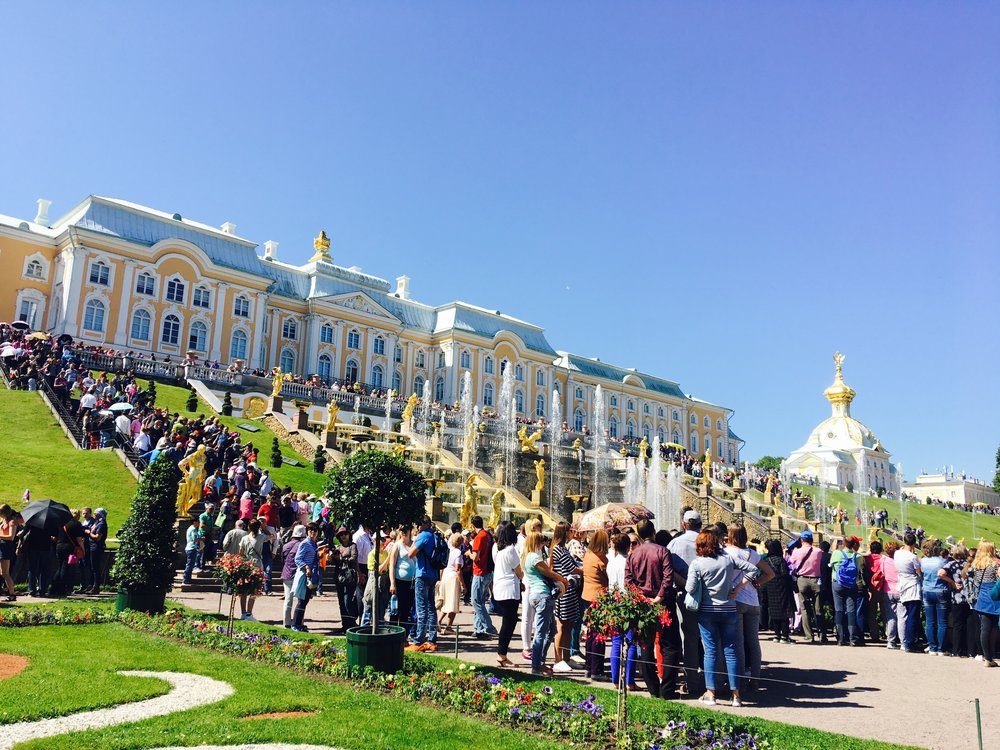 The crowds at Peterhof