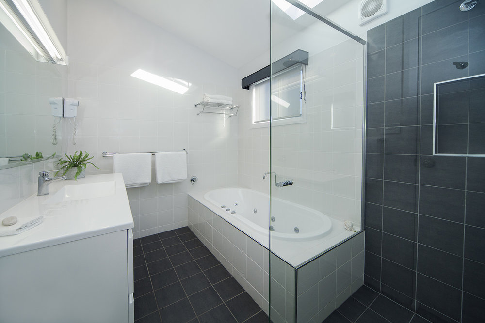 Headland East, Chalet 14 bathroom.jpg
