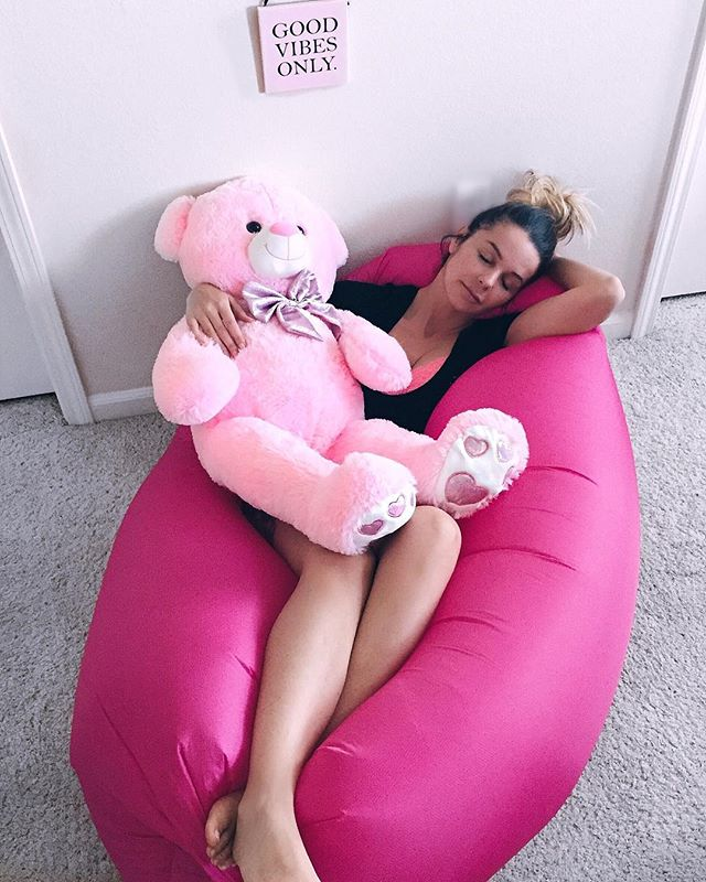 I love my new Pouch Couch from @thepouchcouch 💗  It is so comfy and convenient, so easy and quick to inflate just with waving some air into it ☺️ Get yours now! #LinkInMyBio⬆️ #sponsored