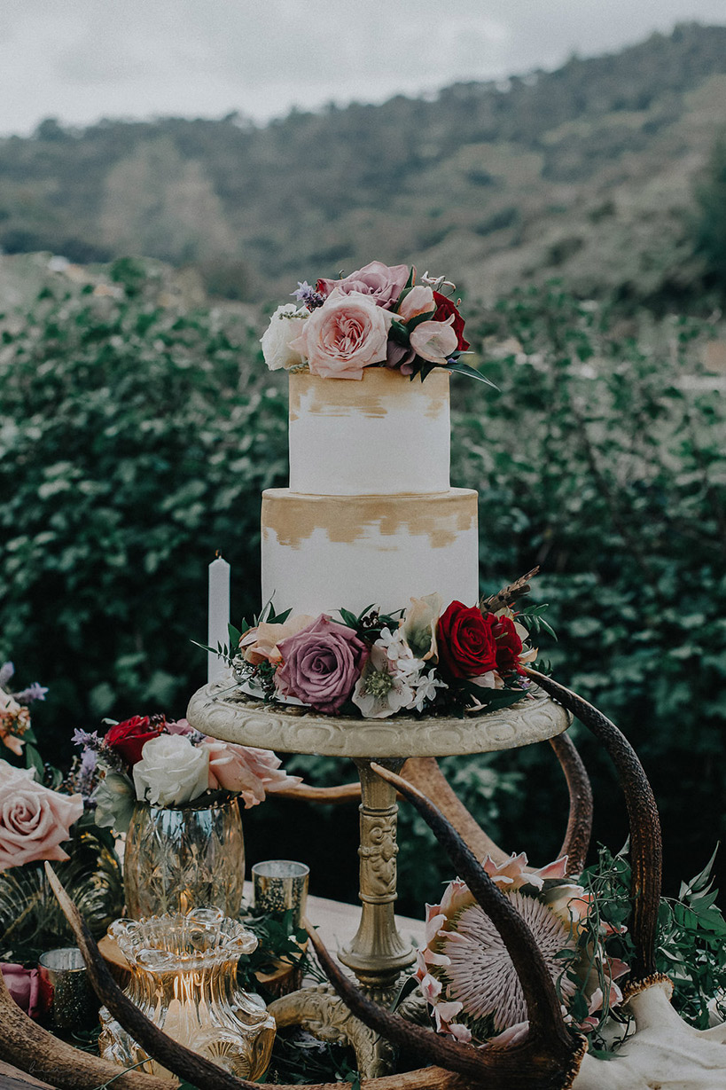 rustic-flowers-wedding-auckland-cake-gold.jpg