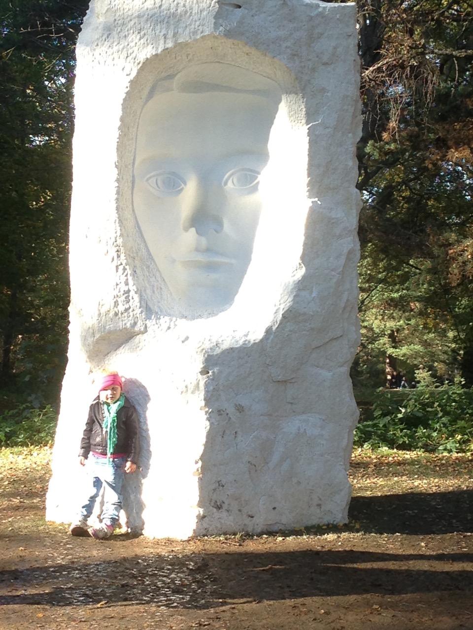 'Konkavt ansikt' , marmor, 3.05m høy.Ekebergparken.