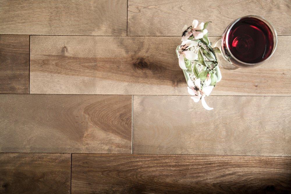 Merisier   Les couleurs naturelles du merisier lui confèrent un attrait unique. Son grain, semblable à celui de l'érable, est très prisé dans la confection de meubles et de planchers.