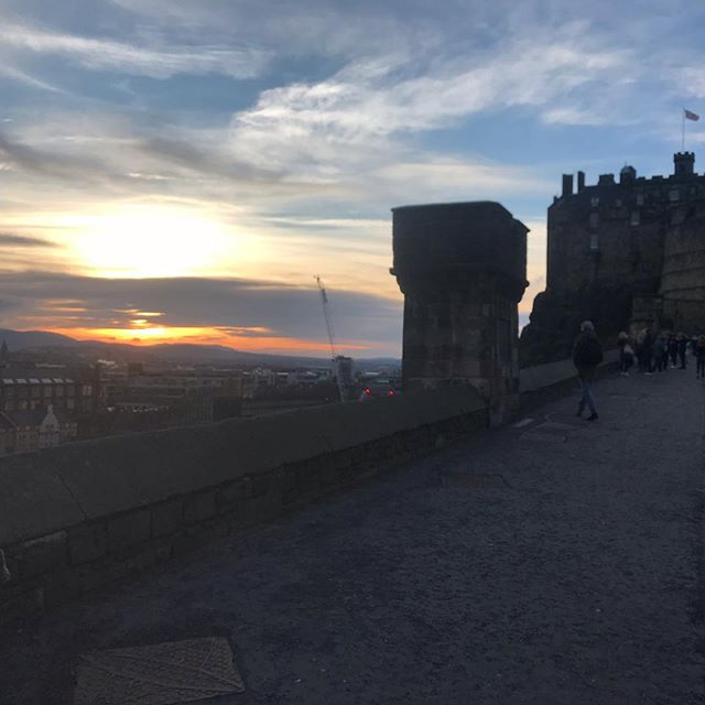 Cold and crisp Edinburgh late afternoon stroll after client meetings.  #sky #sunset #cold #edinburgh #edinburghcastle #scotland #worktrip #storeyproject #storeyprojectmanagement @storeyproject