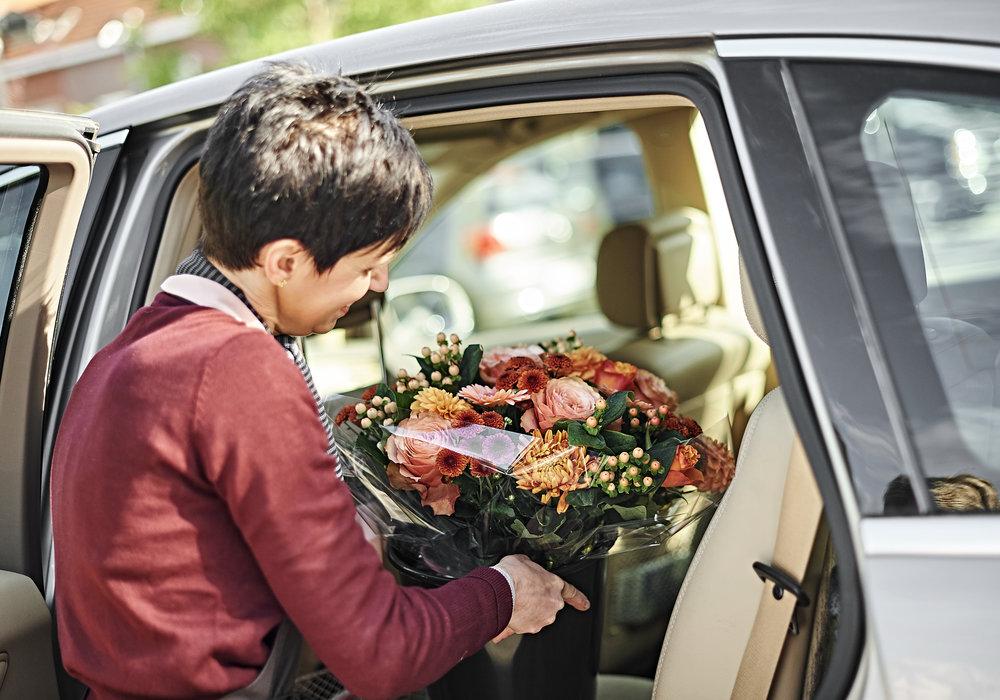 Wie langer dan een kwartiertje onderweg is met het boeket, krijgt een emmertje met water mee zodat de bloemen in de beste omstandigheden op hun bestemming aankomen.
