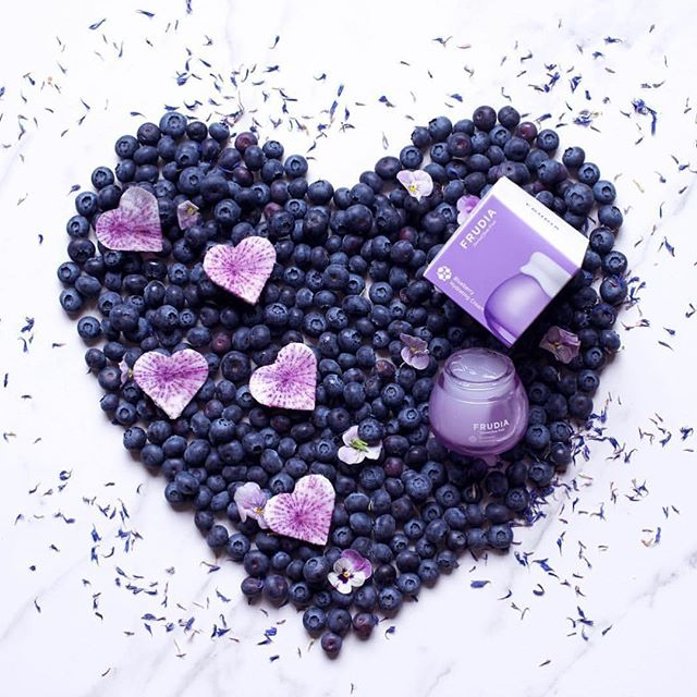 Blueberry lovers 💜💜💜 You love clean fruits!! Meet this super duper puddinglike hydrating cream! It contains 77% blueberry fruit extracts instead of water along with ani-oxidant effects from rich antocianjn, mineral and vitamin! 🍇💦☔️ . . . . 📸: @alphafoodie 💜💖💖 #frudiaUSA #faceforward #fruit #fruitforward #beautyblogger #instapic #instabeauty #beauty #beautiful #ny #nyc #instagood #instalove #instadaily #instabeauty #instalike #skincare #skin #blog #kbeauty #korea #pore #moisturizer