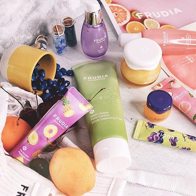 Fruit party in your skincare routine 🍇🍌🍉🍎🥕🥝 Thanks to 📸: @taty__ona 🌸 _ _ _ _ #frudiaUSA #faceforward #fruit #fruitforward #beautyblogger #instapic #instabeauty #beauty #beautiful #ny #nyc #instagood #instalove #instadaily #instabeauty #instalike #skincare #skin #blog #kbeauty #korea #pore #moisturizer