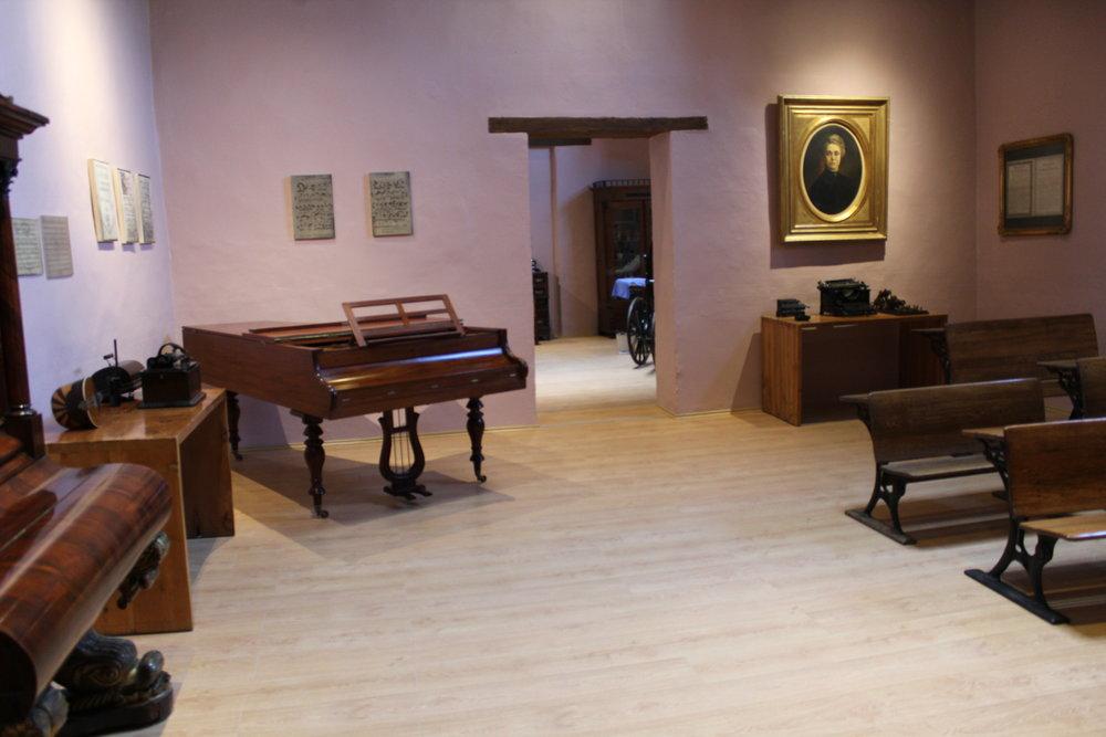 Museo - Cuenta con 14 salas de exhibicióncon temas de educación, fundación, vida cotidiana y funcionamiento del colegio. Colección única de textiles, pintura, escultura, muebles, fotografías y más.