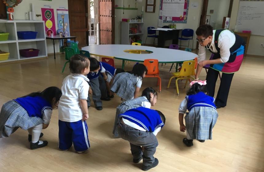 """Maternal - Generamos en los menores la confianza para actuar con iniciativa teniendo seguridad y auto-conocimiento, integrando el programa """"gorilas bondadosos"""" con e aprenden a regular sus emociones."""