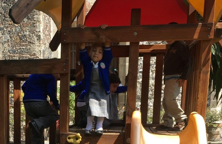 Preescolar - Partimos de la curiosidad y la observación que tienen por el mundo natural, dirigiendo la convivencia infantil en su idioma materno, así como en la inducción a su segundo idioma (inglés).