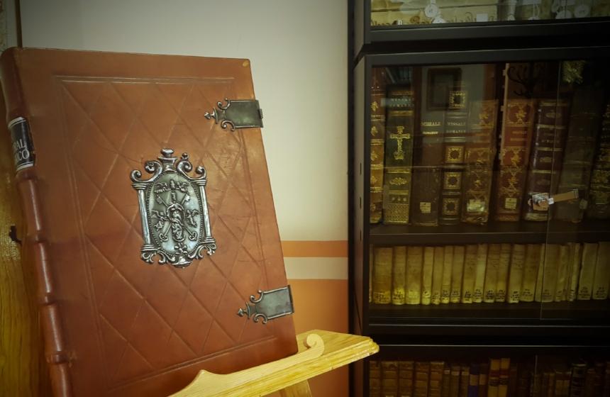 Archivo Histórico - Instaurado en el siglo XVIII por disposición del ilustre Don Ambrosio de Meave,con el objeto de que sus sucesores tuvieran constancia del desarrollo de la vida de la institución.