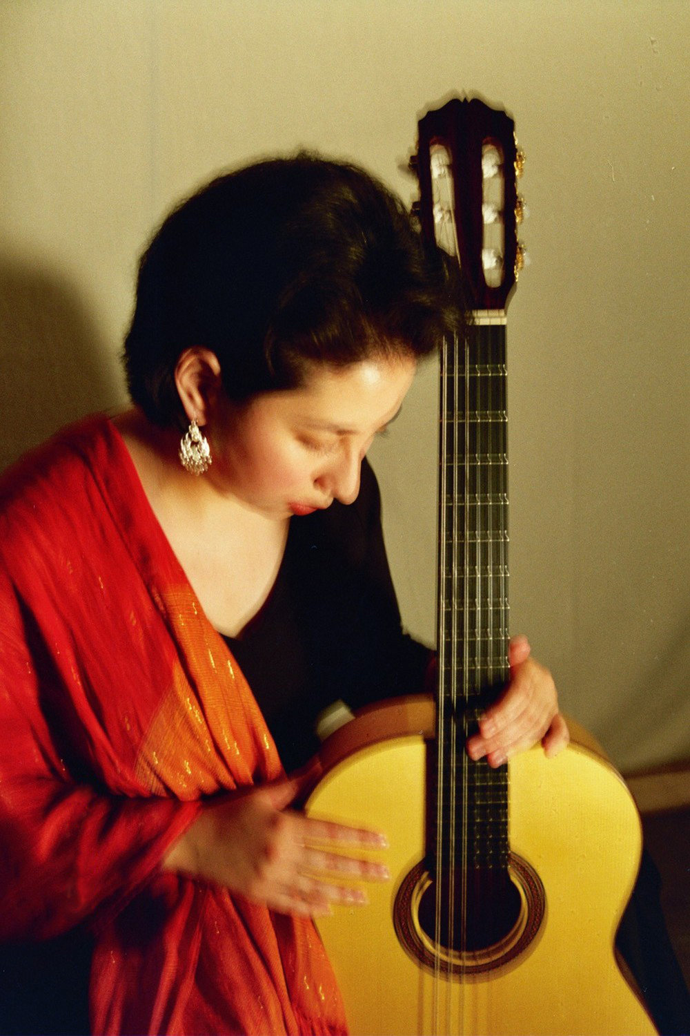 duo_tenebroso_kristen_waligora_classical_guitar_looking_down.jpg