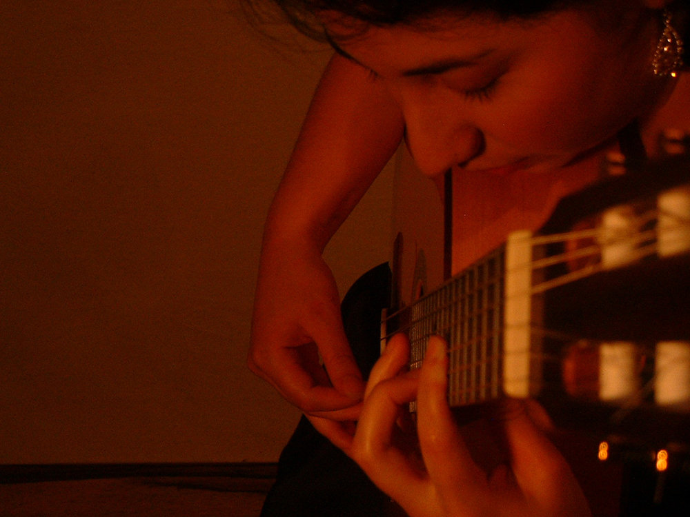 duo_tenebroso_kristen_waligora_classical_guitar_red.jpg