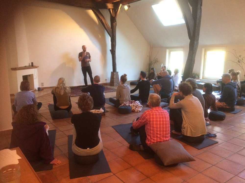 Kasper die in de grote ruimte een Wim Hof methode workshop geeft