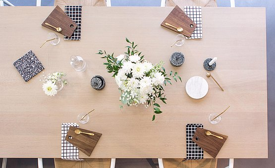 csm_bbrussels-bulthaup-showroom-tafel-accessoires-bloemen-top-overview-bw_57db35ae31.jpg