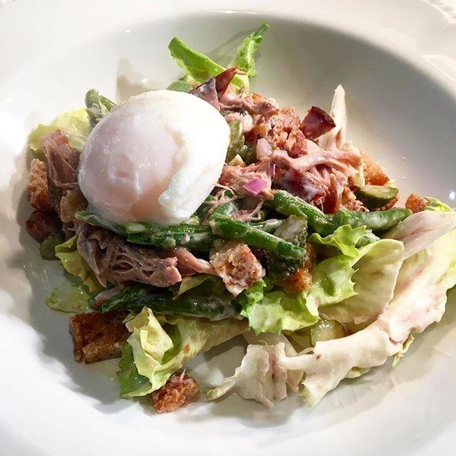 SALADE GOURMANDE . . Duck Confit, Lardons, Poached Egg, Croutons #fridaylunch #bonnebouffelondon #eastdulwich #saladegourmande
