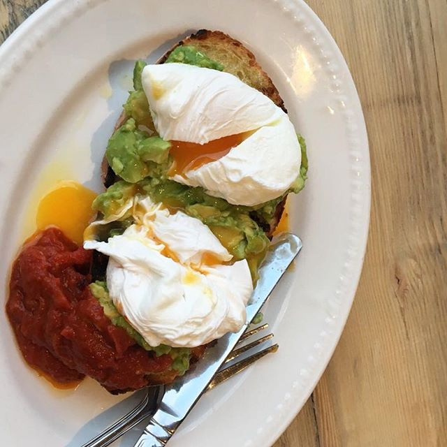 SAMEDI MATIN . . Saturday, also the start of the weekend and all about Brunch. Here's our Poached Eggs, Served with Crushed Avocado on our Bonne Bouffe Pain de Campagne with Harissa for a little kick 💥 #brunch #bonnebouffelondon #sourdough #avocadoontoast #eastdulwich