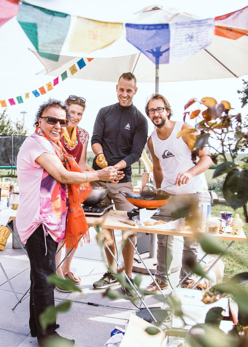 Een groep van familie en vrienden die de bijzondere smaken van Nepal ontdekten tijdens een kookworkshop.