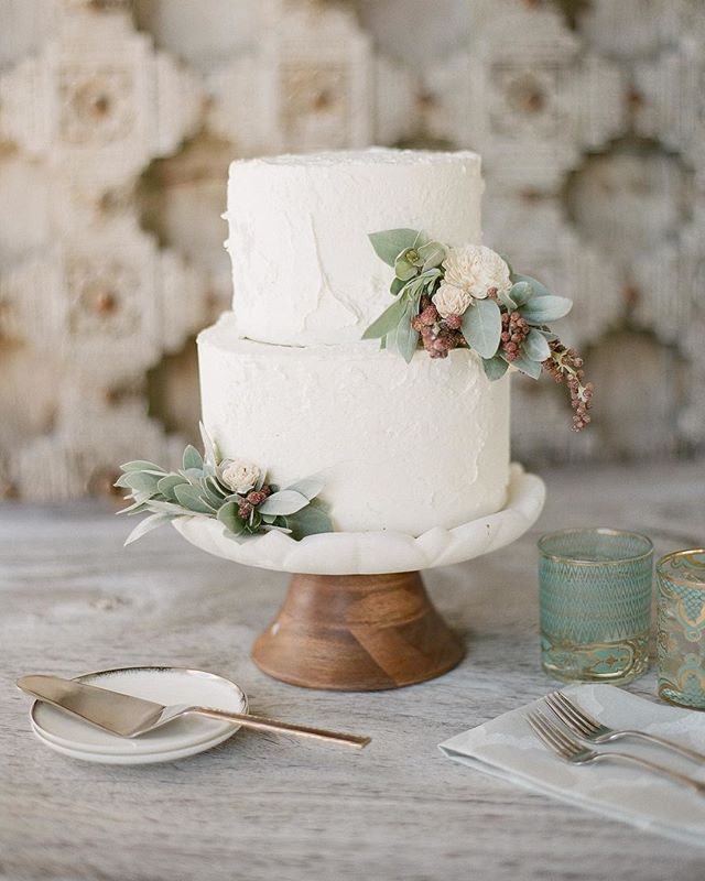 A delightful wedding cake for a smaller wedding - don't you think? Photo @ktmerry Planner @lisavorce