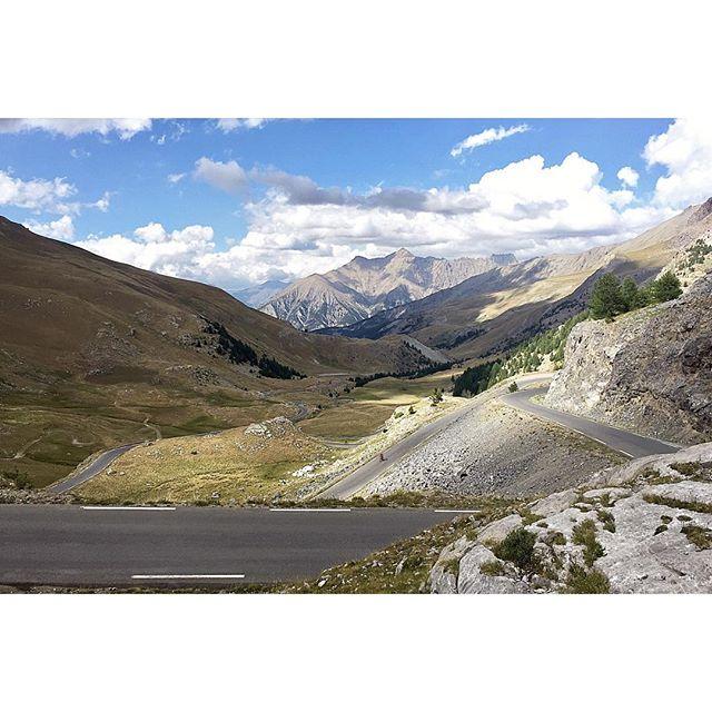 Col de la Bonette 🌥  #coldelabonette #albioncycling #roadlikethese #velotour #cyclingtrip #hautesalpes #outsideisfree #eindjefietsen #fromwhereiride