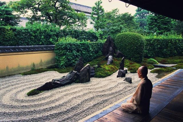 Meditaatio kivipuutarhassa.