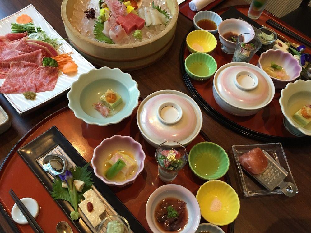 Ryokan-majatalon illallinen.