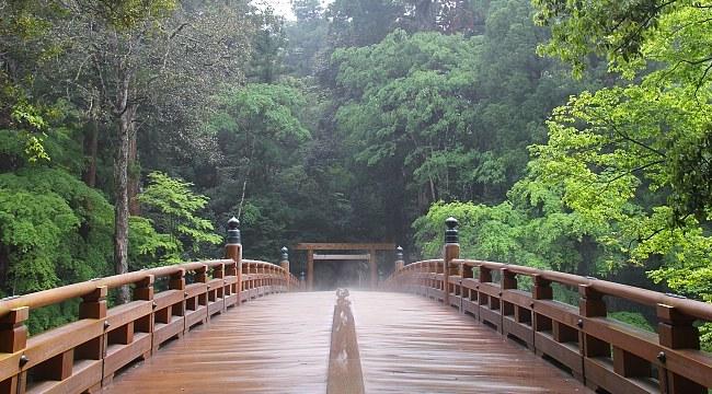 Tämä silta johtaa pyhäkköalueelle.