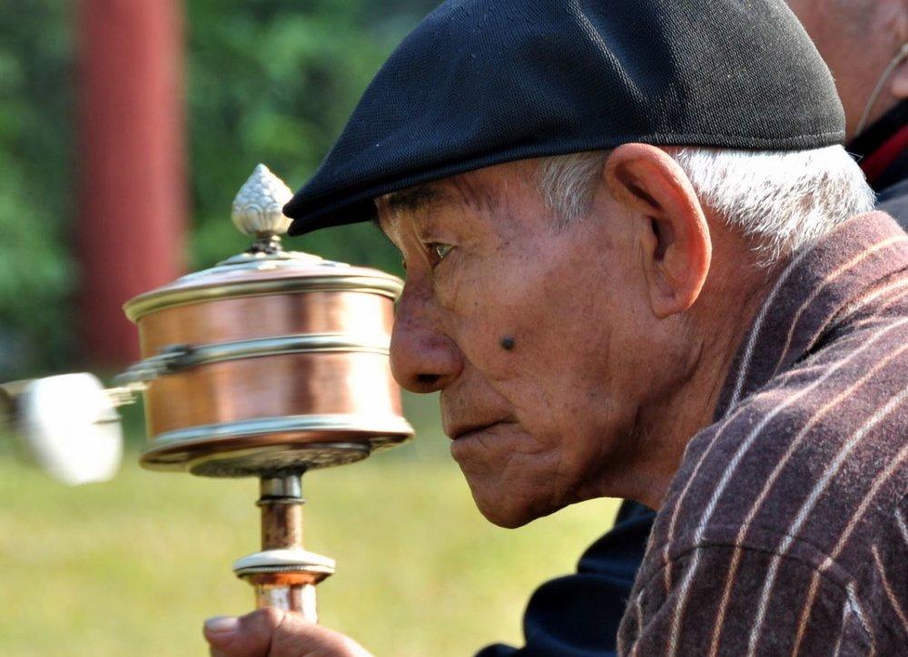 Tibetan man at Mahabodhi Stupa.JPG
